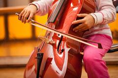enfant-jouant-le-violoncelle-39793637